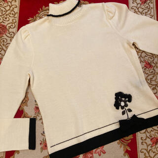 エムズグレイシー(M'S GRACY)のエムズグレーシー❤︎清楚な白薄手wool セーター お花&リボン 新品40(ニット/セーター)