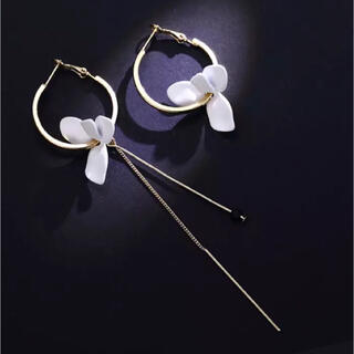 組み合わせ自在!白い花びらとゴールドチェーンのアシメトリーロングピアス