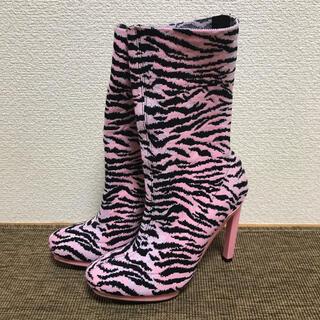 ケンゾー(KENZO)のKENZO × H&M コラボ トラ柄ピンヒールブーツ ピンクゼブラ  ロング(ブーツ)