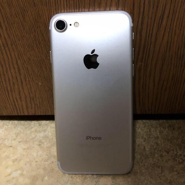 iPhone(アイフォーン)のiPhone 7 Silver 32 GB docomo(ジャンク) スマホ/家電/カメラのスマートフォン/携帯電話(スマートフォン本体)の商品写真