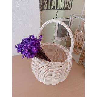 籐のバスケット ドライフラワー 紫の小花のスワッグ付き ラタンの籠(ドライフラワー)