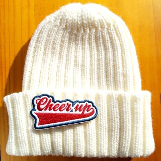 ジーユー(GU)のgu ワッペン付き白いニット帽(ニット帽/ビーニー)