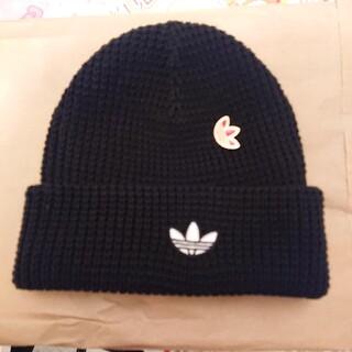 アディダス(adidas)のadidas originals ピンバッチ付黒ニット帽(ニット帽/ビーニー)