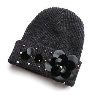 ユナイテッドアローズ(UNITED ARROWS)の《未使用》パールとカメリア付き ニット帽(ニット帽/ビーニー)