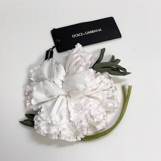 ドルチェアンドガッバーナ(DOLCE&GABBANA)のドルチェ&ガッバーナ❤️新品❤️シルク混白い花コサージュITALY製(ブローチ/コサージュ)