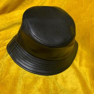 ザラ(ZARA)のフェイクレザー バケハ 帽子 ハット ブラック フリーサイズ (ハット)