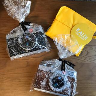 カルディ(KALDI)のカルディ カメラ缶 チョコ 2個+カルディエコバッグ ラッピング済(菓子/デザート)