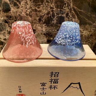 トウヨウササキガラス(東洋佐々木ガラス)の招福杯 富士山 ペア酒杯 冷酒杯揃え(青、赤)(グラス/カップ)