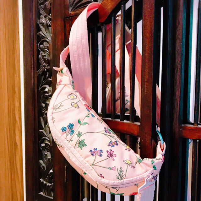 adidas(アディダス)のアディダス ピンク 花柄 ウエストポーチ バッグ メッセンジャーバッグ レディースのバッグ(ボディバッグ/ウエストポーチ)の商品写真
