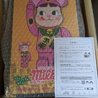 メディコムトイ(MEDICOM TOY)のBE@RBRICK  招き猫ペコちゃんの蛍光ピンク100%&400%(その他)