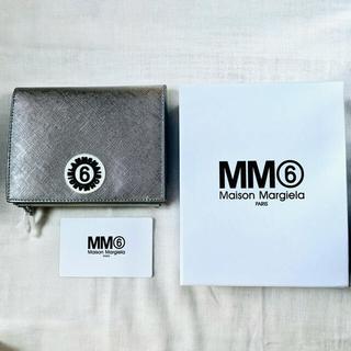 エムエムシックス(MM6)の【新品】値下げ!MM6マルジェラ 折りたたみ財布大 人気のシルバー♡(n2)(財布)