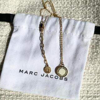 マークジェイコブス(MARC JACOBS)のMARC JACOBS ロゴ入りネックレス ホワイト×ゴールド(ネックレス)