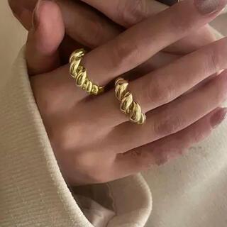 【新作・送料無料】クロワッサンツイストボリューム リング gold  韓国(リング(指輪))