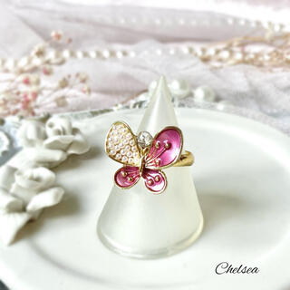 リリーブラウン(Lily Brown)のアンティーク調 クラシカル 大ぶりピンクパープル蝶 ゴールドリング 指輪(リング)