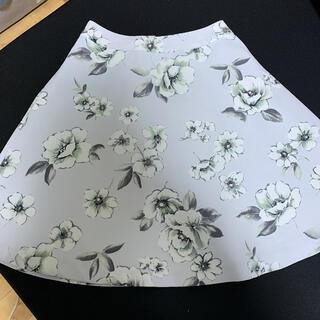 ドゥアルシーヴ(Doux archives)のドゥアルシーブ 花柄スカート  グレー(ひざ丈スカート)