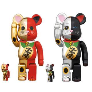 メディコムトイ(MEDICOM TOY)のBE@RBRICK 招き猫 金×赤 銀×黒 100% & 400%(キャラクターグッズ)