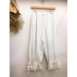 メルロー(merlot)のメルロー  裾リボン ストライプパンツ ホワイト(カジュアルパンツ)