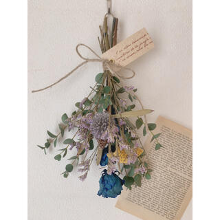 ドライフラワー 青のバラとフレッシュユーカリにいろいろ花材の小ぶりスワッグ(ドライフラワー)