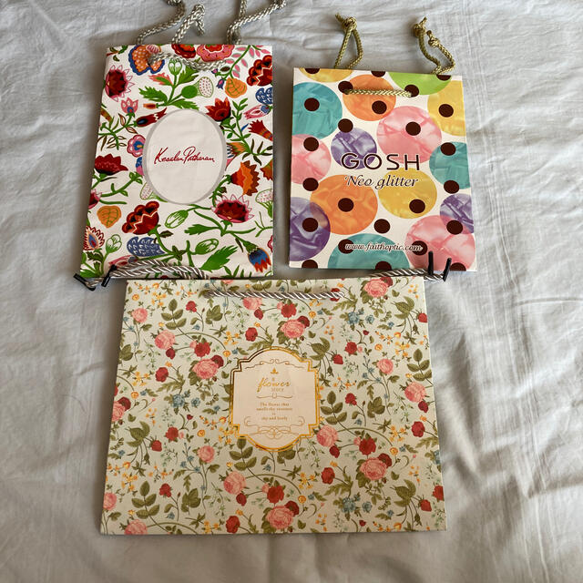 KesalanPatharan(ケサランパサラン)の【まとめ売り】紙袋 3点 花柄・ポップ柄(価格再々変更) レディースのバッグ(ショップ袋)の商品写真