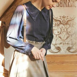 メゾンドフルール(Maison de FLEUR)のセシルの三角襟ブラウス ネイビー(シャツ/ブラウス(長袖/七分))