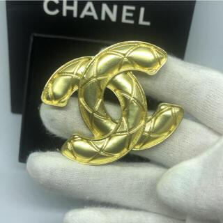 CHANEL - シンプルデザイン キルト柄 男女兼用 マットゴールド ブローチ