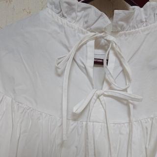 ハグオーワー(Hug O War)の CLOTH & CROSS  フリルブラウス、ホワイト(シャツ/ブラウス(長袖/七分))