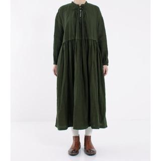 nest Robe - ネストローブ リネン 衿もとに縦に並んだボタン グリーンのワンピース ♪