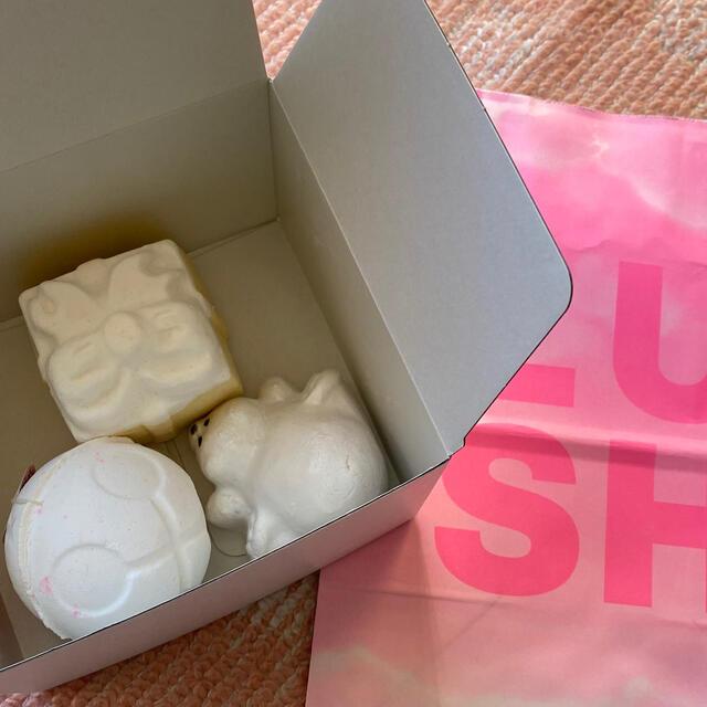 LUSH(ラッシュ)のLUSH 入浴化粧品 3個入り コスメ/美容のボディケア(入浴剤/バスソルト)の商品写真