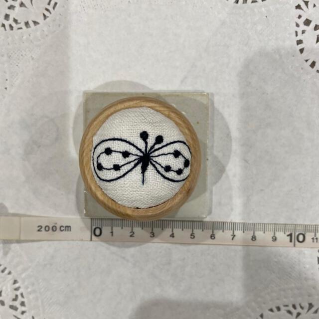 mina perhonen(ミナペルホネン)のミナペルホネン『choucho』ホワイトハンドメイド ピンクッション  ハンドメイドの生活雑貨(雑貨)の商品写真