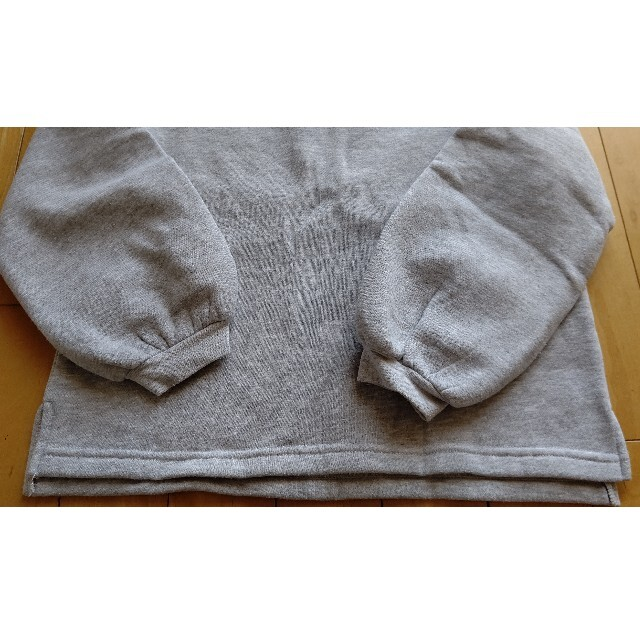 GU(ジーユー)のGU ジーユー トレーナー  スウェット ライト グレー140cm   キッズ/ベビー/マタニティのキッズ服女の子用(90cm~)(Tシャツ/カットソー)の商品写真
