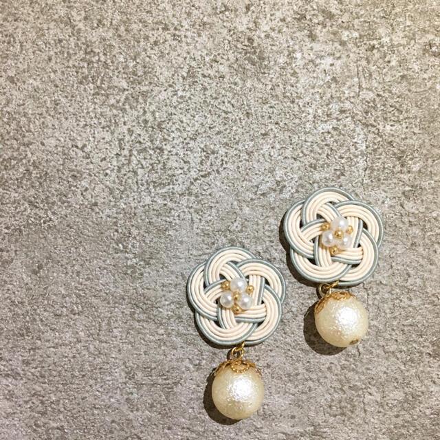 アイボリー×グレー揺れるパール ハンドメイドのアクセサリー(ピアス)の商品写真
