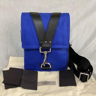 ヴァレンティノ(VALENTINO)の本物 正規品 ヴァレンティノ メンズ ショルダーバッグ Vロゴ スタッズ 青(ショルダーバッグ)