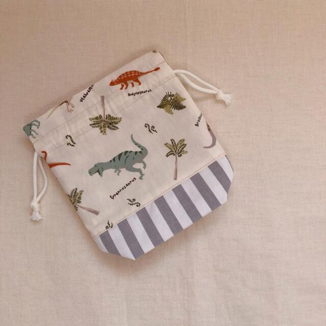 恐竜たちが可愛いハンドメイドのリバーシブルのマチ付き巾着袋 コップ袋 ハンドメイドのキッズ/ベビー(外出用品)の商品写真