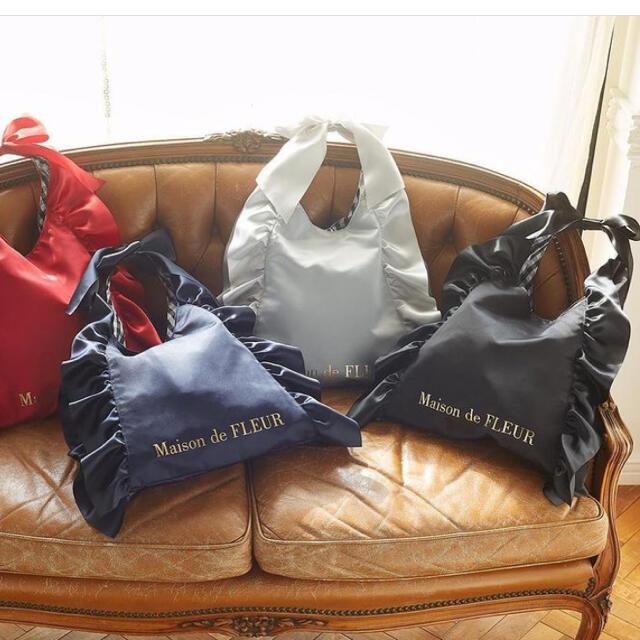 Maison de FLEUR(メゾンドフルール)のメゾンドフルール Maison de FLEUR 黒フリル レディースのバッグ(トートバッグ)の商品写真