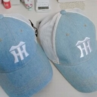 ハンシンタイガース(阪神タイガース)の新品 非売品 阪神タイガース2つ  デニム メッシュキャップ キャップ帽子 (応援グッズ)