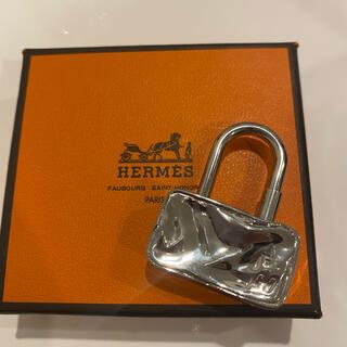 Hermes - HERMES エルメス カデナ シルバー トランクケース 箱あり、保存袋付き