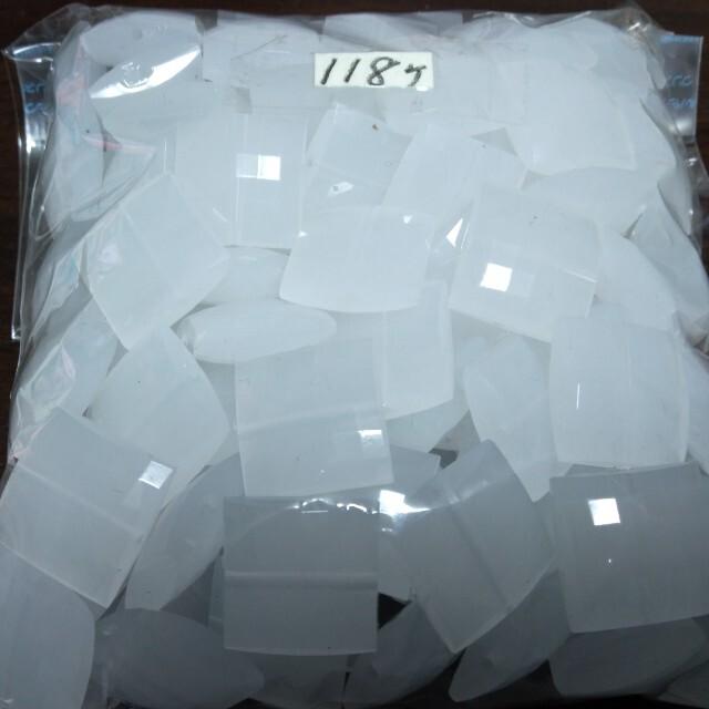 貴和製作所(キワセイサクジョ)のアクリル乳白・四角18㍉・日本製・118個・7000円相当→1300円 ハンドメイドの素材/材料(各種パーツ)の商品写真