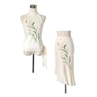 専用♡オーロラに煌めく百合の花 とろみホワイトセットアップ(カットソー(半袖/袖なし))