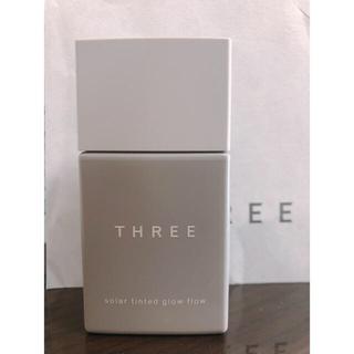 スリー(THREE)のTHREE ソーラーティンティドグローフロー 04(ファンデーション)