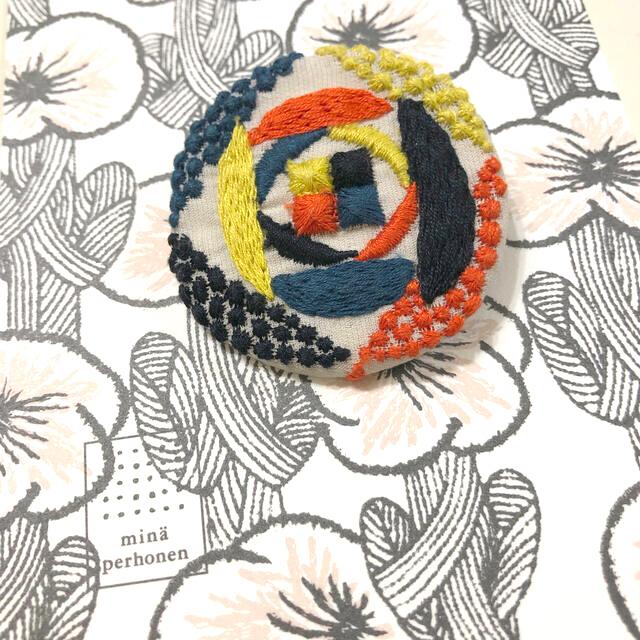 mina perhonen(ミナペルホネン)のサンドローズ ミナペルホネン サンキューベリーバッジ レディースのアクセサリー(ブローチ/コサージュ)の商品写真