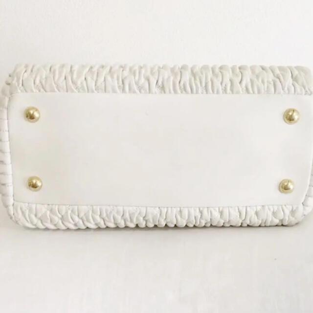 miumiu(ミュウミュウ)のmiumiu ナッパクリスタル ホワイト レディースのバッグ(ハンドバッグ)の商品写真