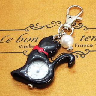 黒猫の懐中時計 大きめスワロフスキーパールのチャーム付き キーホルダー バッグ(キーホルダー)