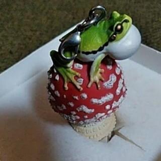 キノコにのったカエルのキーホルダー