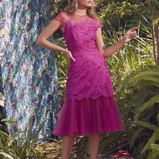 グレースコンチネンタル(GRACE CONTINENTAL)のマーメイドフレア刺繍ドレス ビビッドピンク 結婚式 パーティ(ミディアムドレス)