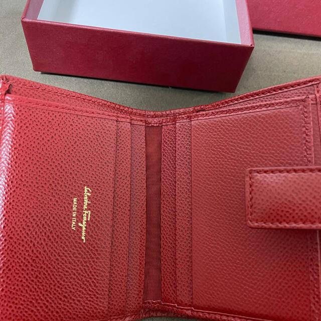 Salvatore Ferragamo(サルヴァトーレフェラガモ)のサルヴァトーレ フェラガモ 二つ折り財布 レッド レディースのファッション小物(財布)の商品写真