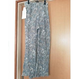 しまむら - 新品☆ペイズリー柄プリーツフレアパンツ グレー 裾メロウ Mサイズ