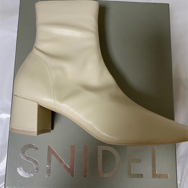 snidel(スナイデル)のSNIDEL スナイデル ショートブーツ アイボリー レディースの靴/シューズ(ブーツ)の商品写真