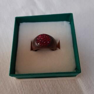 スワロフスキー(SWAROVSKI)のSWAROVSKI クルミの木リング➕深紅SWAROVSKI size11号位 (リング(指輪))