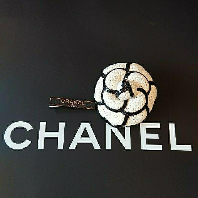 CHANEL(シャネル)のビンテージ CHANEL ホワイトXブラックパイパングCAMELLIA ブローチ レディースのアクセサリー(ブローチ/コサージュ)の商品写真