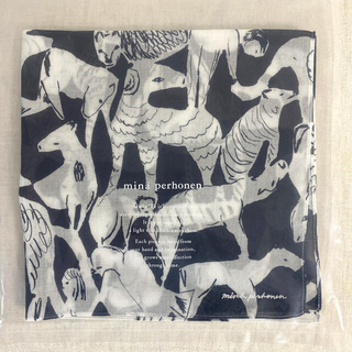 ミナペルホネン(mina perhonen)の#01 ミナペルホネン新品・未使用 ネイビー 刺繍ロゴいりハンカチ 期間限定販売(ハンカチ)